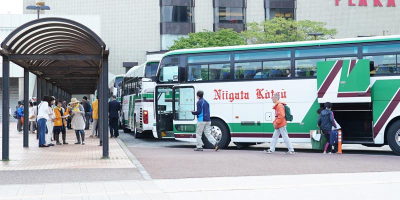 バスに乗る様子